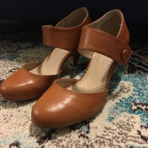 Mary Jane vintage heel in the color whiskey.